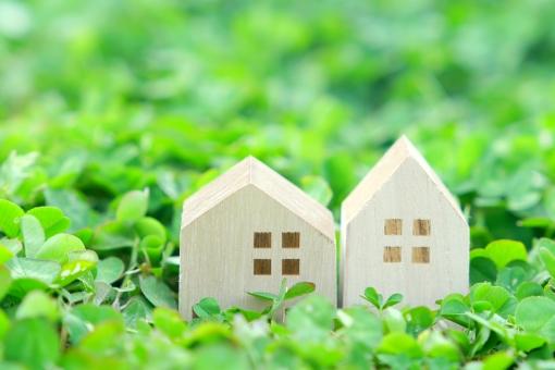 草の中にある家のオブジェ
