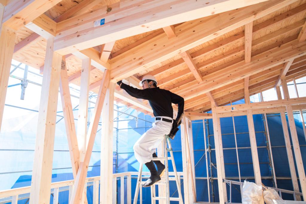 グリーンポイント制度で家を工事する男性