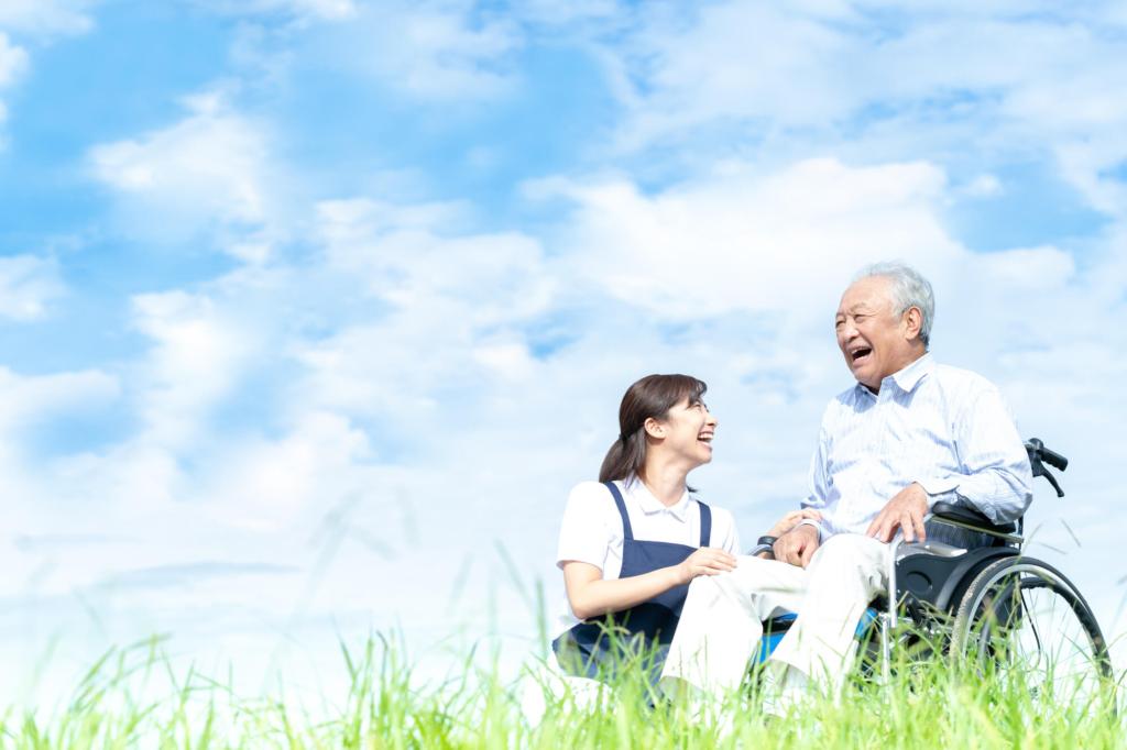 介護する女性と笑う男性