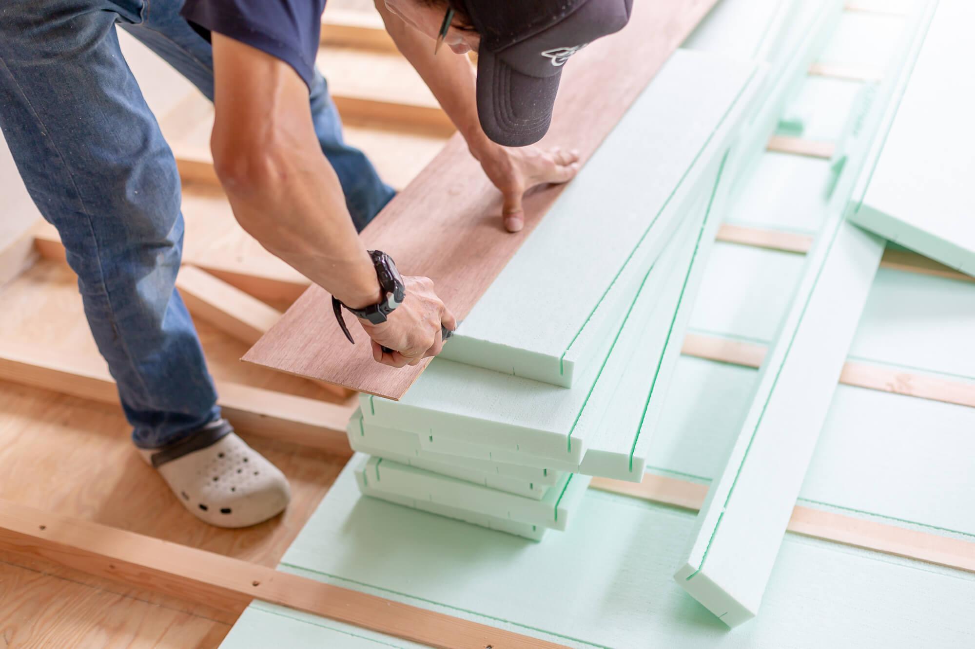 グリーン住宅ポイントで家を工事する男性