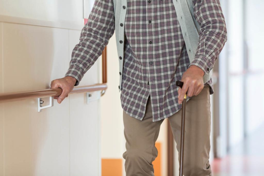 グリーン住宅ポイント制度でリフォームした家の手すりを持つ男性